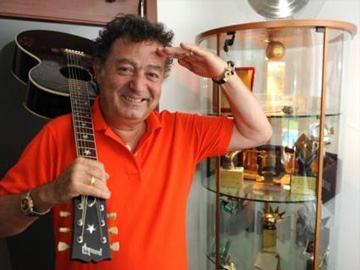 Much loved Turkish singer, Kayahan, dies today at 66 after his battle with #lungcancer